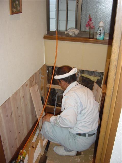 作業中です。杉板の腰壁を取り付けています!