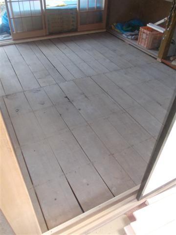 和室の畳を片付けました。フローリングを貼ります。