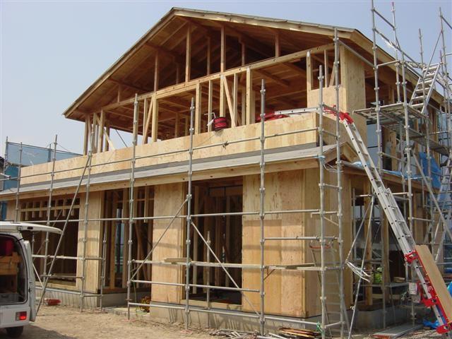 外まわりに構造用合板を張る作業中です。家のりんかくがはっきり出てきました。