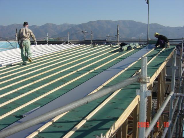 屋根はガルバリューム鋼鈑葺きで片流れ屋根です。