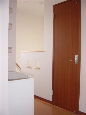 2階廊下の手摺りにはカワイイ小窓が2つ。