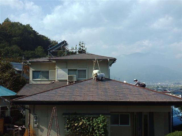 まずは屋根をきれいに掃除しています。