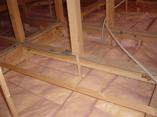 天井裏断熱材です、しっかり敷き詰められています。