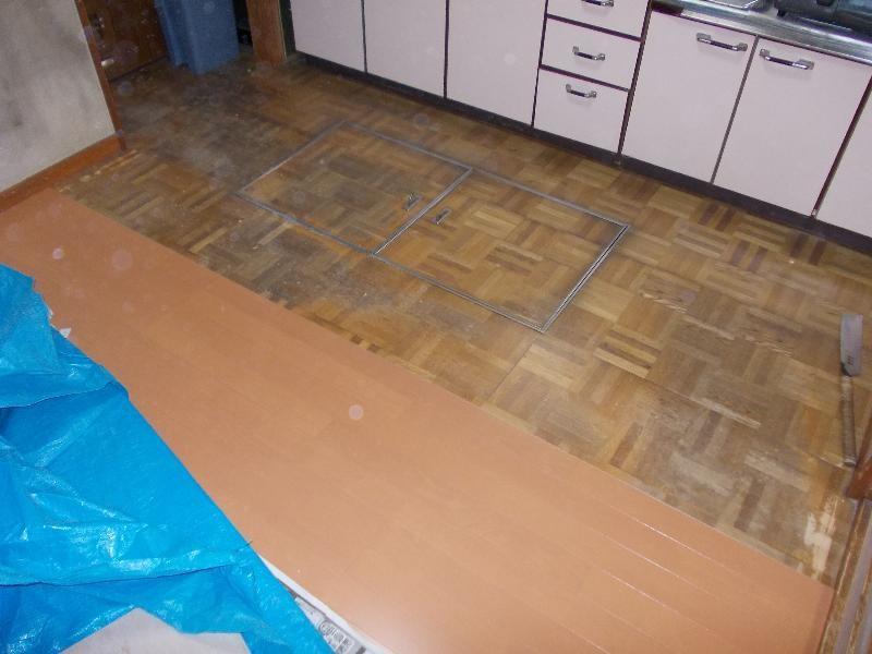 キッチン床貼り作業中です。こちらも古い床板の上に貼りかぶせて効率よくコストダウンです。床下収納庫もこのまま利用して使える様にします!