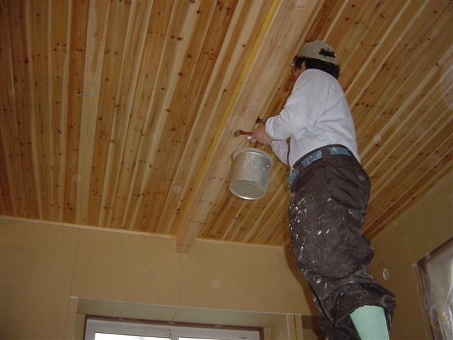 塗装屋さんが室内の木部を塗りに来てくれました! 写真はリビング天井の化粧梁。クリア塗装で仕上げますよ。