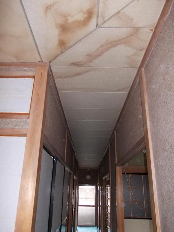 廊下天井です。雨漏りをした様です。
