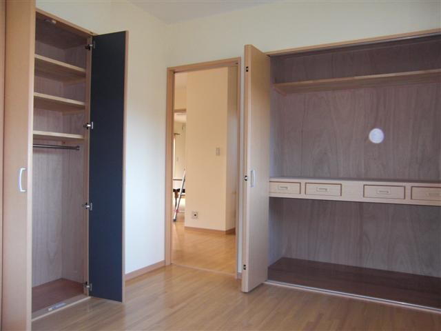 洋間の物入れ、押入れには引き出し付中段、左の物入れは棚とハンガーパイプを付けて服が下げれる様にしました。