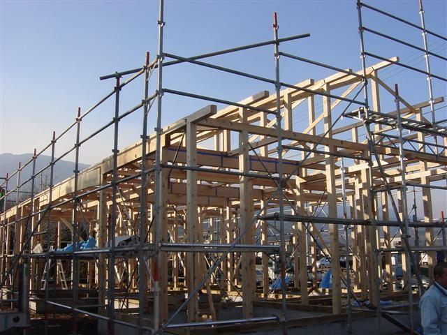 小屋束と母屋が組みあがりました、今後はその上に垂木と呼ばれる木材を打ち付けます。