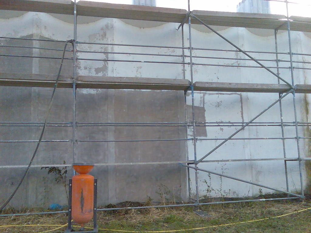 Entfernen von Fassadenfarbe