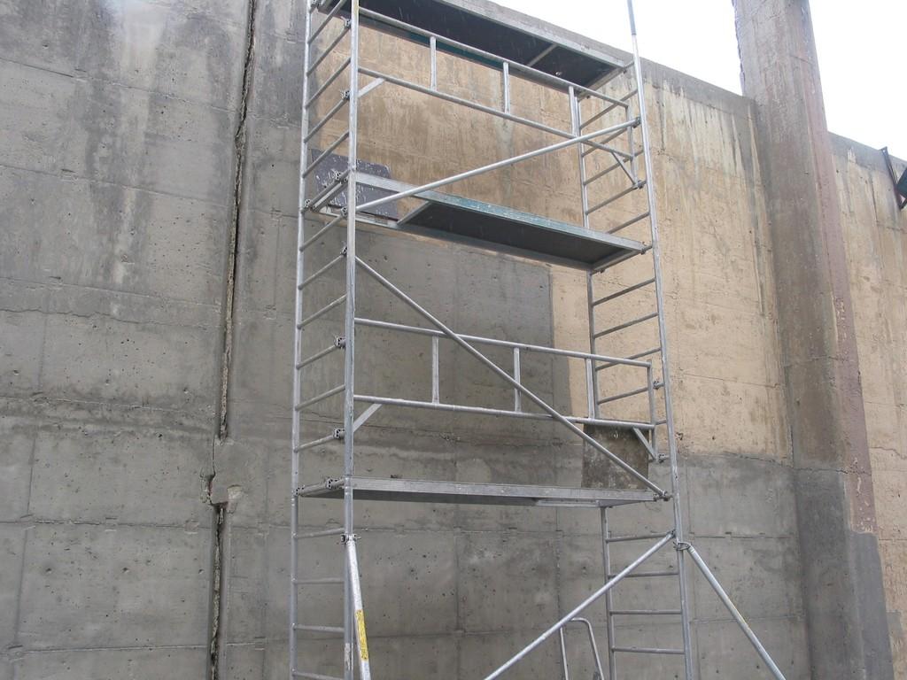 Reinigen einer Betonwand mittels Feuchtstrahlverfahrens