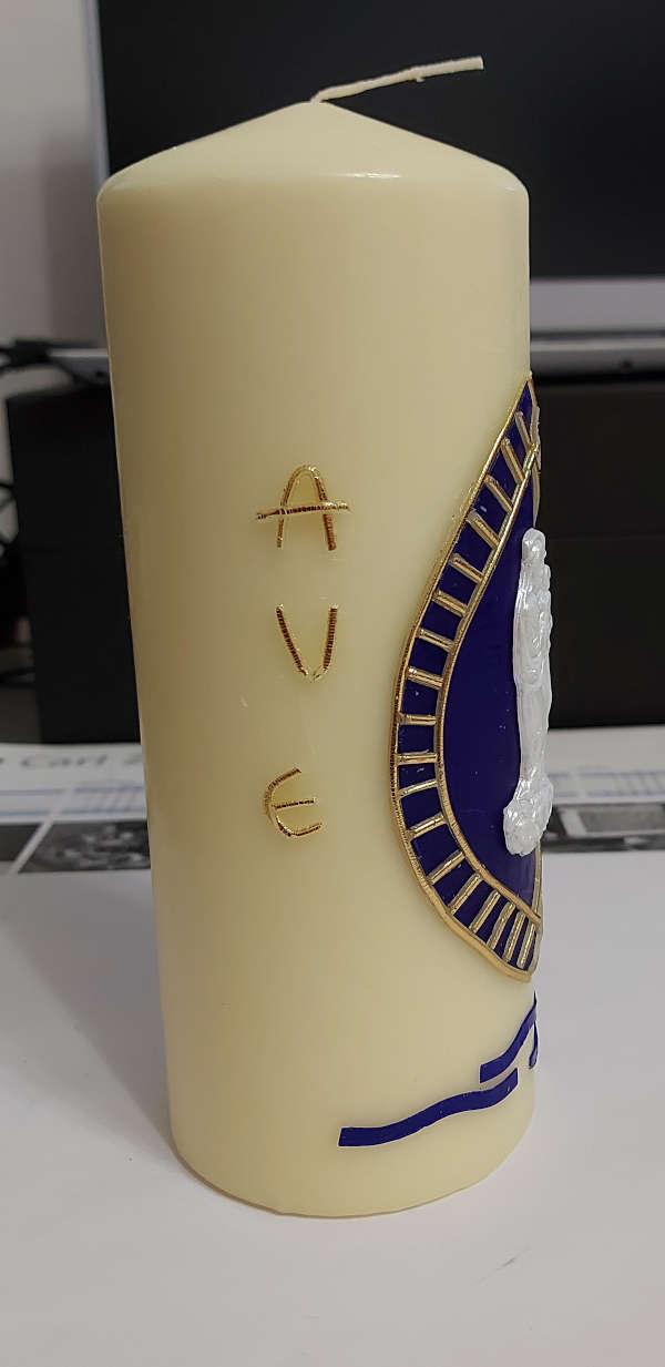 """Kerze beklebt mit Wachs. Mit dem Schriftzug """"Ave""""."""