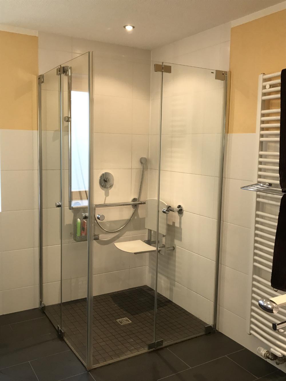 Die Glastüre schliest leicht und lässt genügend Platz zum Duschen