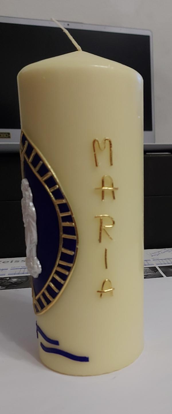 """Kerze beklebt mit Wachs. Mit dem Schriftzug """"Maria"""""""