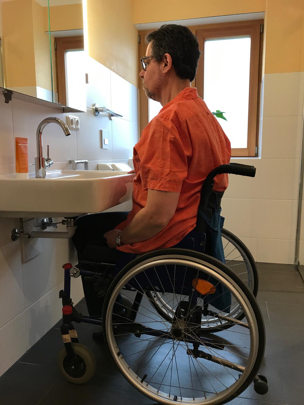 Das Waschbecken ist leicht mit dem Rollstuhl zu unterfahren.