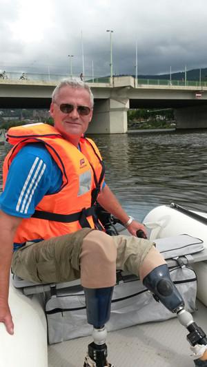 Mann mit Prothesen im Boot