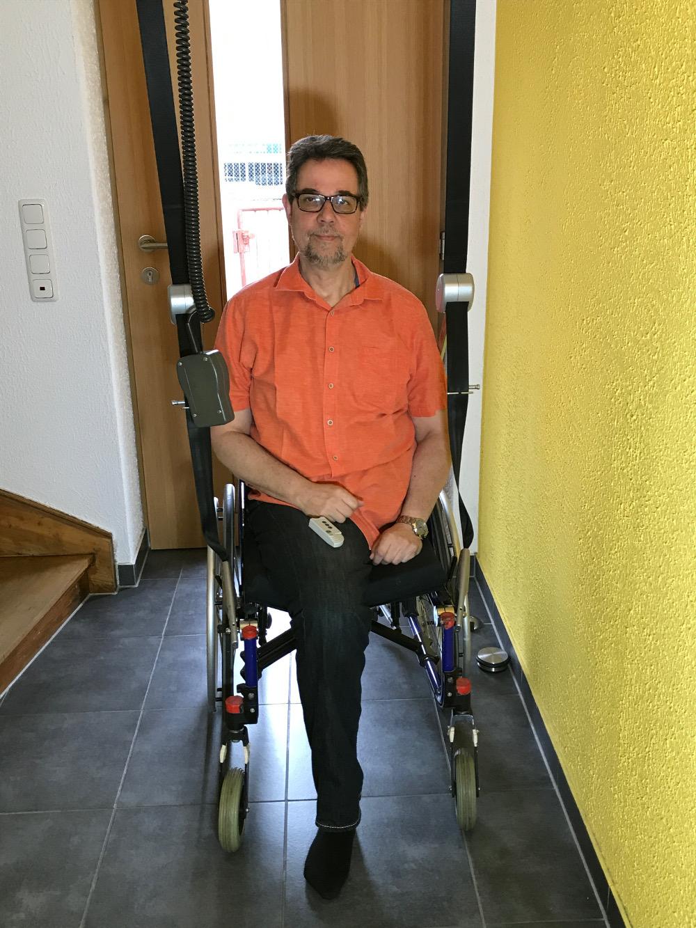 Der Rollstuhl wird einfach eingehängt