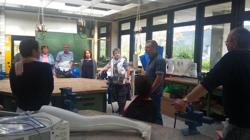 Der Technik-Lehrer Herr Klahr berichtet über die Idee an der Schule eine Bewegungsanalyse und einen Gangparkur aufzubauen.