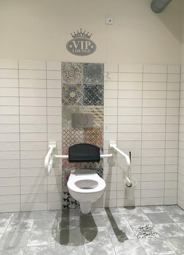 Und das coolste ever: Die schönes barrierefreie Toilette die wir je gesehen haben! Hier fühlt man sich tatsächlich wie ein VIP ;-)