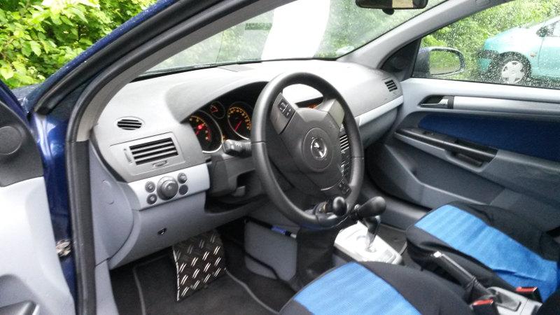 Über das Original-Gaspedal wird eine Sperre angebracht, die optional - zur regulären Bedienung durch andere Nutzer des Autos - auch weggeklappt - bzw. elektronisch eingefahren werden.