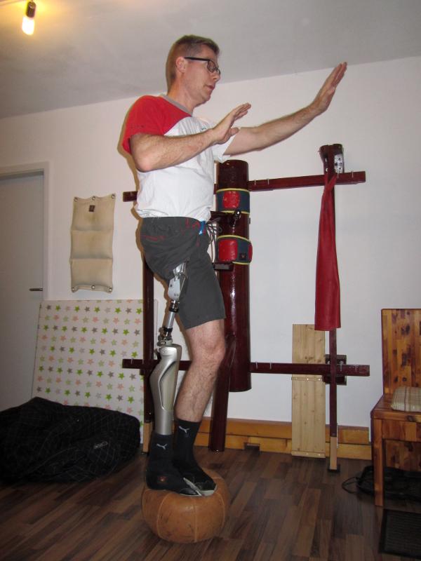Balance Halten, mit Prothese, auf dem Ball.