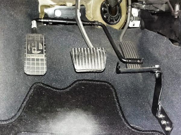Bei einer Amputation des rechten Beines kann - bei einem Auto mit Automatikgetriebe - das Gaspedal nach links verlegt werden.
