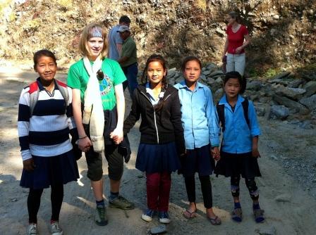 Svea Remes zu Besuch in der Schule in Nepal