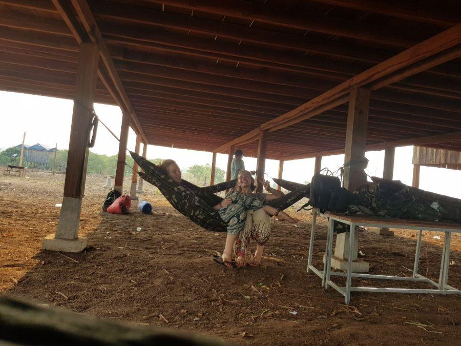 Von den Hähnen geweckt, 6 h! Aufstehen, um 7 h kommen die Kinder und wollen was erleben.