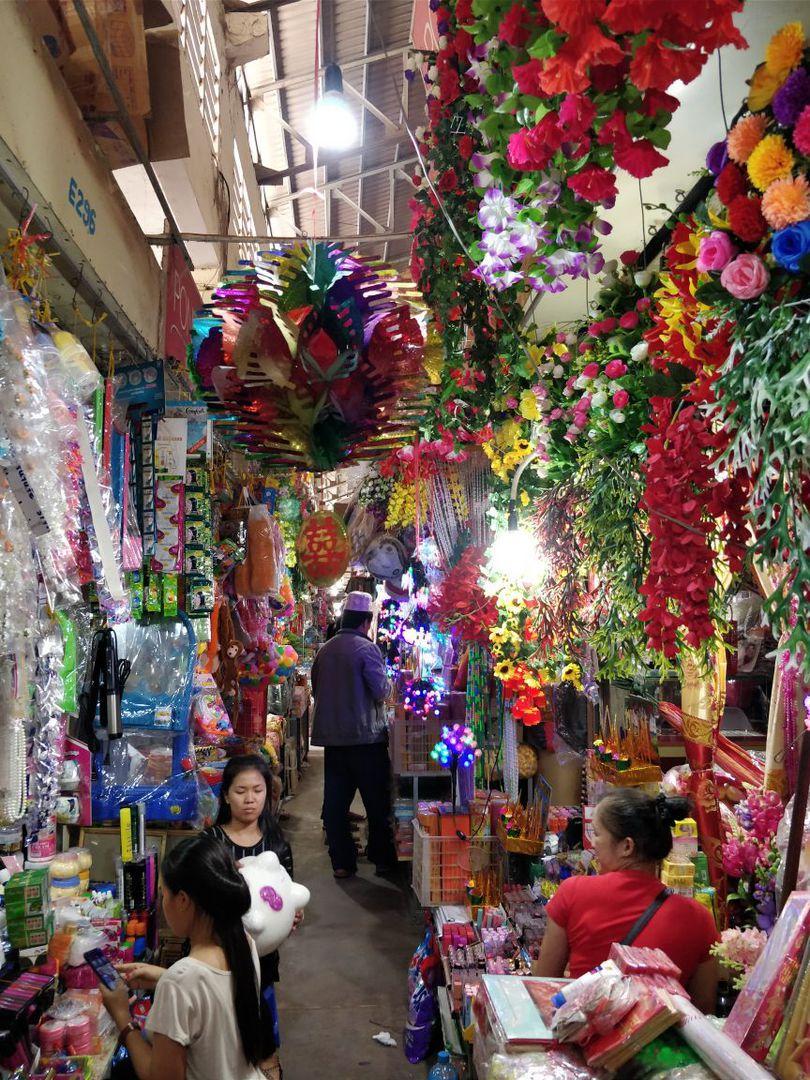 Auf dem Markt in Kratie - viel Kitsch aus China...