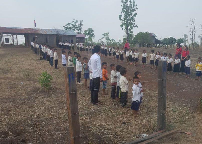 Das Empfangskomitee in Chopring, im Vordergrund die alte baufällige Schule, die neue Schule wurde dahinter errichtet.