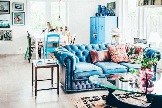 Exemple de couleur originale pour ce canapé Chesterfield bleu, on note les rappels dans toute la pièce pour créer une harmonie
