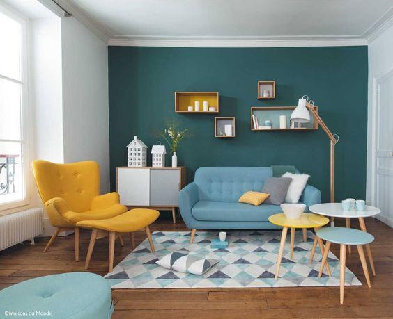 Salon inspiration Fifties  50's  vintage  Canapé fauteuil table basse luminaire étagère tapis losange tissu parquet décoration intérieur luminosité acidulées