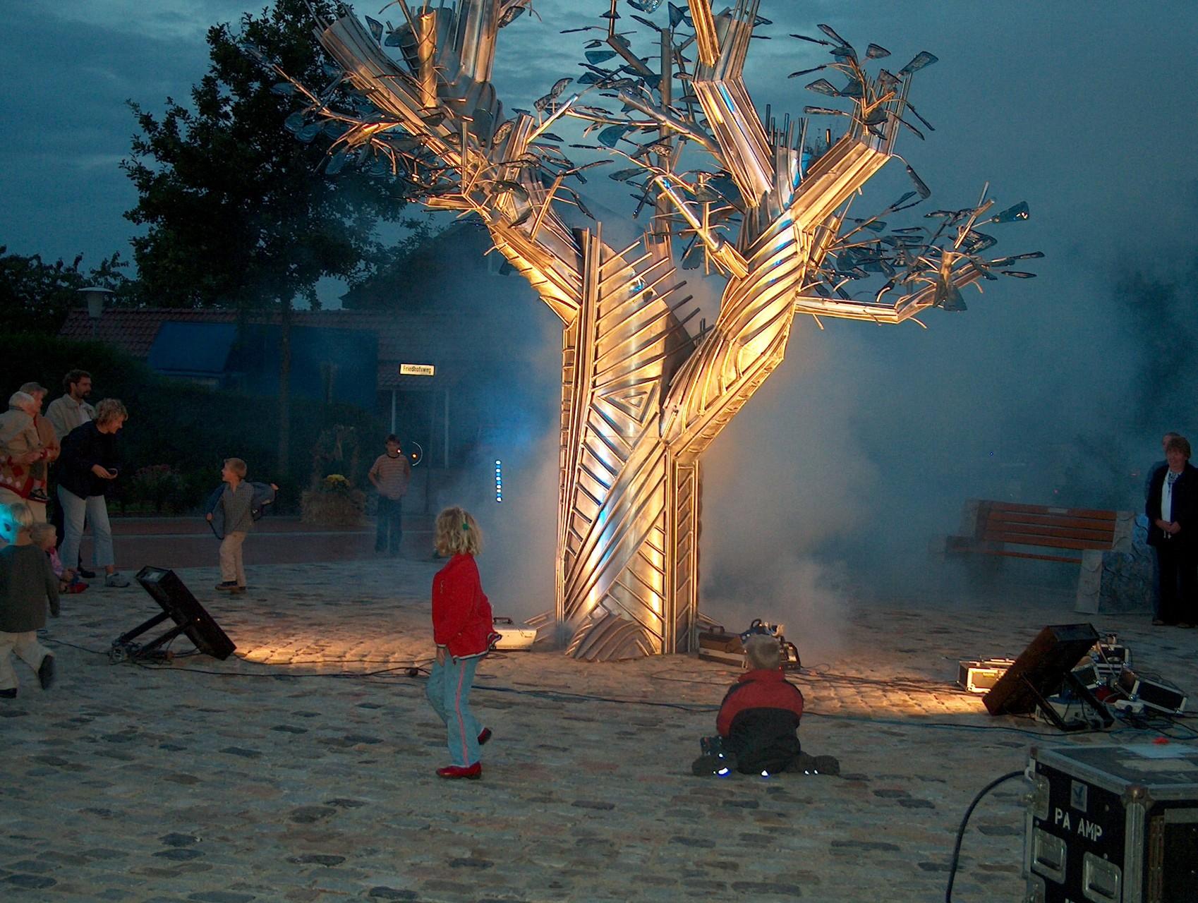 Glasbaum, Dersum, Enthüllung 2004