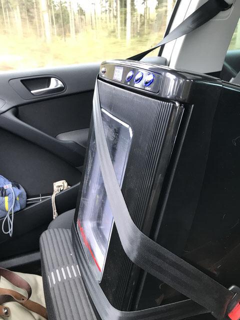 Der mobile Inkubator steht auf dem Beifahrersitz und wird über den Zigarettenanzünder betrieben.