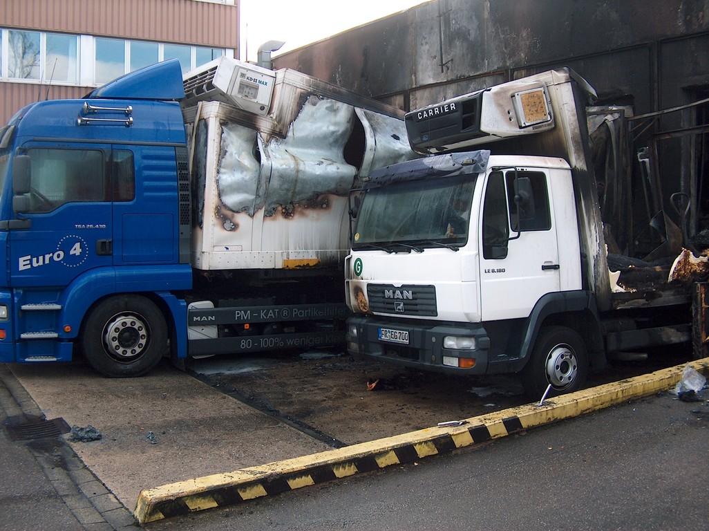Ausgebrannte Kühl-LKW im Bereich Laderampe