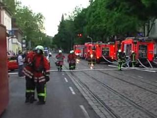 Einsatzkräfte vor dem Brandobjekt / südl. Richtung