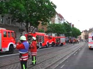 Einsatzkräfte vor dem Brandobjekt / nördl. Richtung