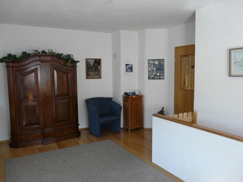 Wohnzimmer mit Treppenabgang zum 2. Schlafzimmer