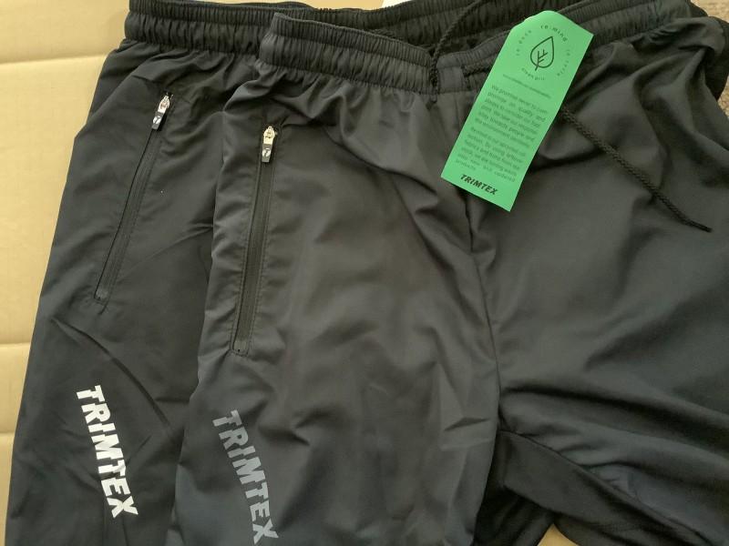 下側が従来のTrainer TX Pants, 上側がリサイクル生地を使ったTrainer TX Pants。若干色味が薄くなっています