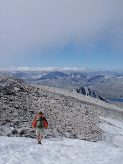 Snohettaから反対側のルートへ降りてくるところ。8月でも雪あり。