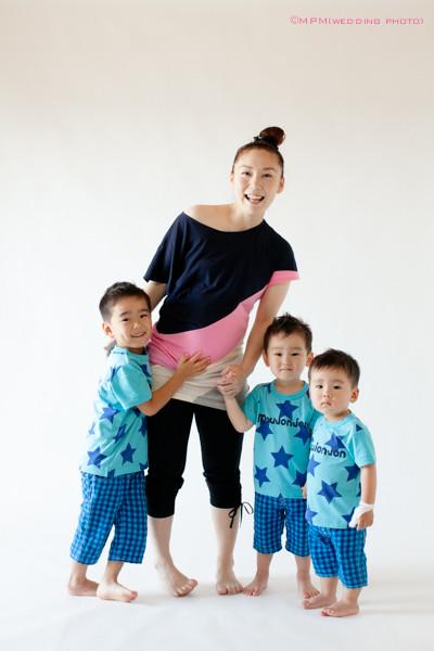 お揃いの服の三兄弟とママ