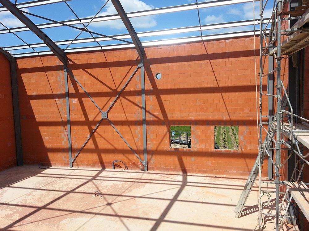 Construction d'un chai viticole, élévation en briques monomur