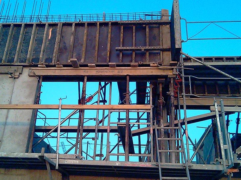Construction d'une maison individuelle contemporaine, coffrage béton armé