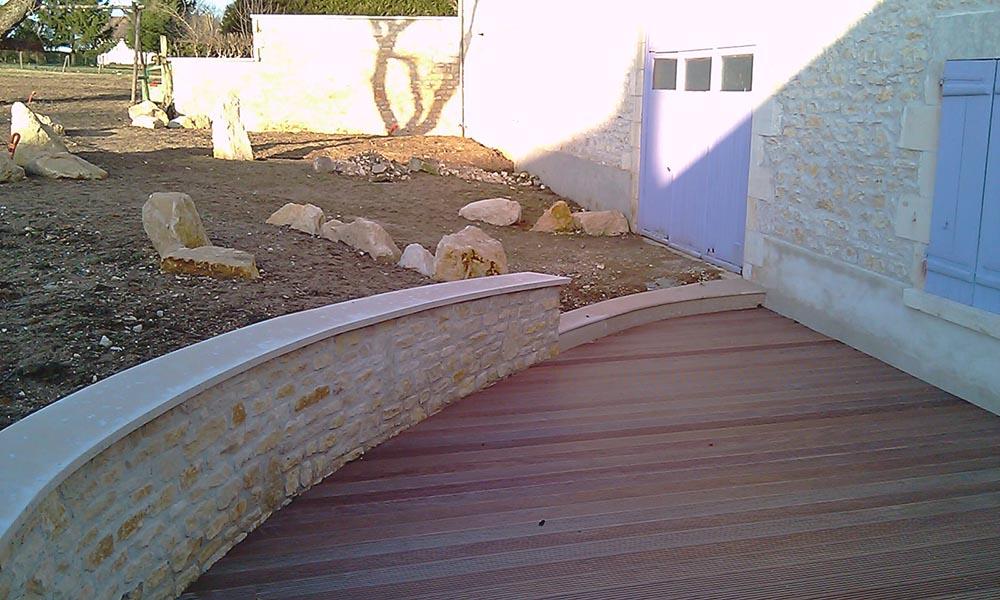 Aménagement extérieur, muret en pierre et terasse