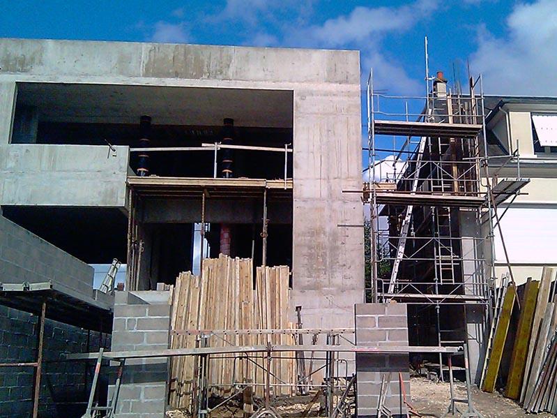 Construction d'une maison individuelle contemporaine, échafaudages et protections
