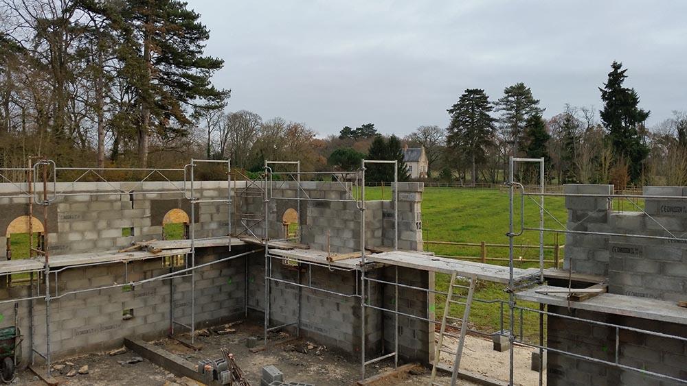 Construction des écuries du château, élévation des murs