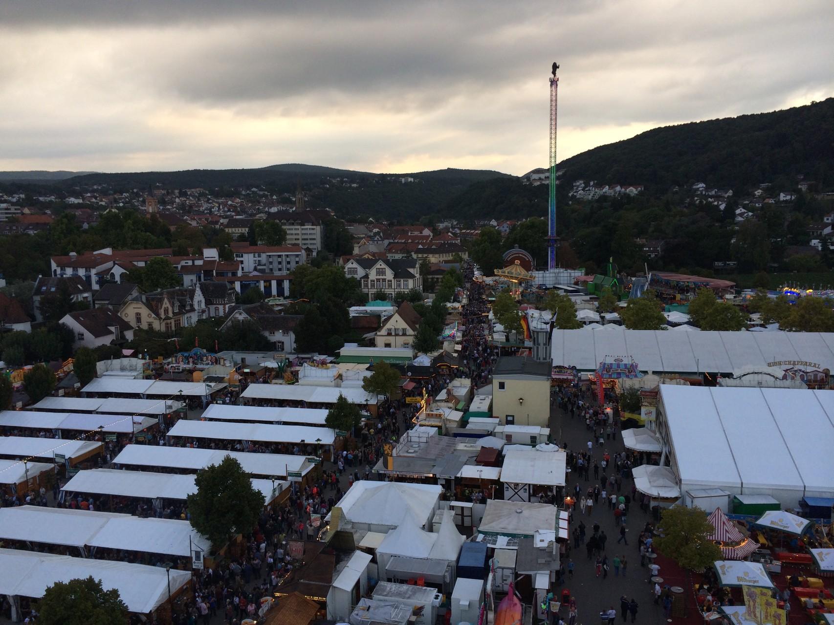 Freefalltower von außen, auch eine Herausforderung (der größte in Deutschland) mit Bilck auf den Ausschank vom Cristian