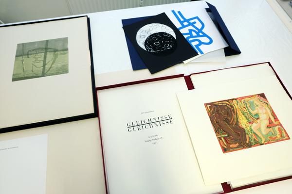 Ausgestellte Grafikmappen der GEDOK und die erste Grafikmappe der Künstlergruppe KingKonkret