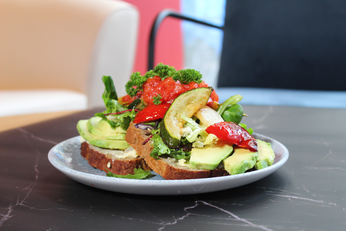 Open Sandwich mit gegrilltem Gemüse