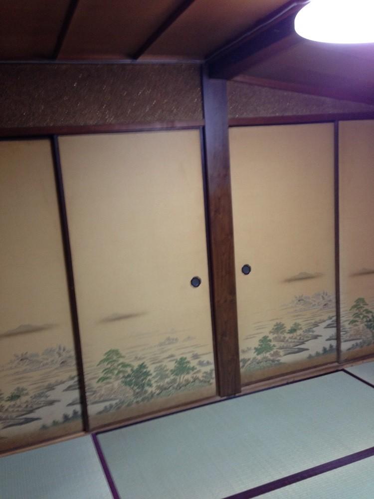 柄物の襖があえて新鮮な和室です。