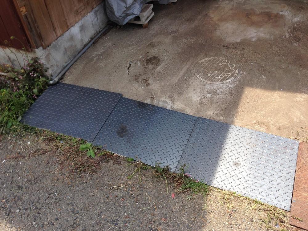 溝には、安全な縞鉄板を敷いています。雨が降っても滑りにくいよ。